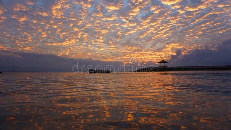 Wschód słońca jarzeniowy palenie nad morzem Piękny ranek w plaży zdjęcia stock