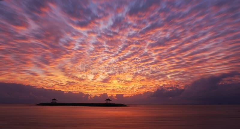 Wschód słońca jarzeniowy palenie nad morzem Piękny ranek w plaży obraz stock