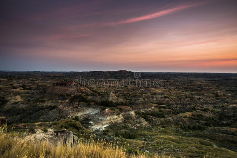 Wschód słońca, Malujący jar Przegapia, Theodore Roosevelt park narodowy, ND obraz royalty free
