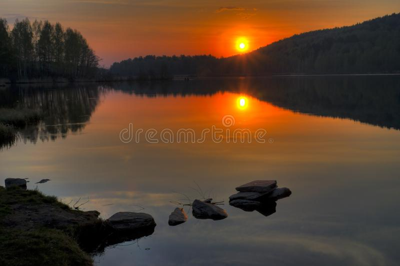 Wschód słońca na jeziornym ` Svetlenkoye ` Kasli okręgu, Chelyabinsk region obrazy royalty free
