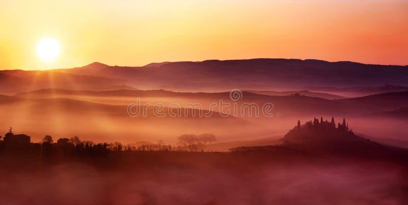 Wschód słońca na kołysanie się krajobrazie zdjęcia stock
