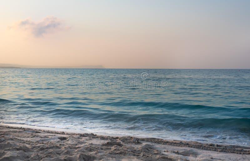 Wschód słońca na osamotnionej plaży fotografia stock