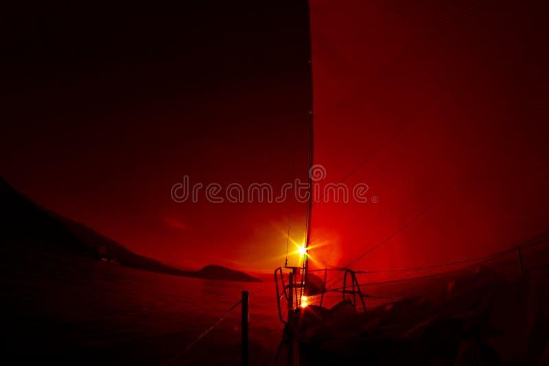 Wschód słońca na pokładzie żeglowanie jacht obrazy stock