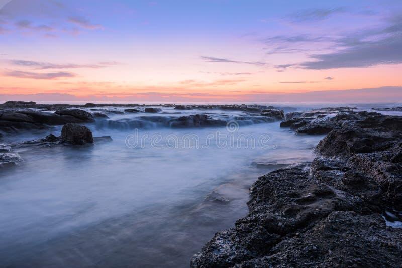 Wschód słońca na Prętowej plaży w Newcastle NSW Australia obrazy stock