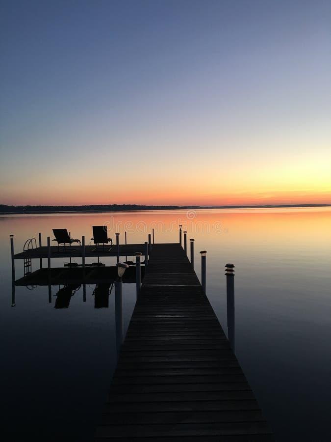 Wschód słońca na wodzie obraz stock