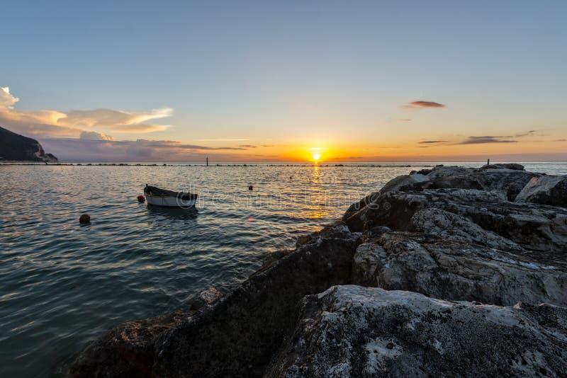 Download Wschód Słońca Na Wybrzeżu Conero, Marche, Włochy Zdjęcie Stock - Obraz złożonej z woda, niebo: 53793594