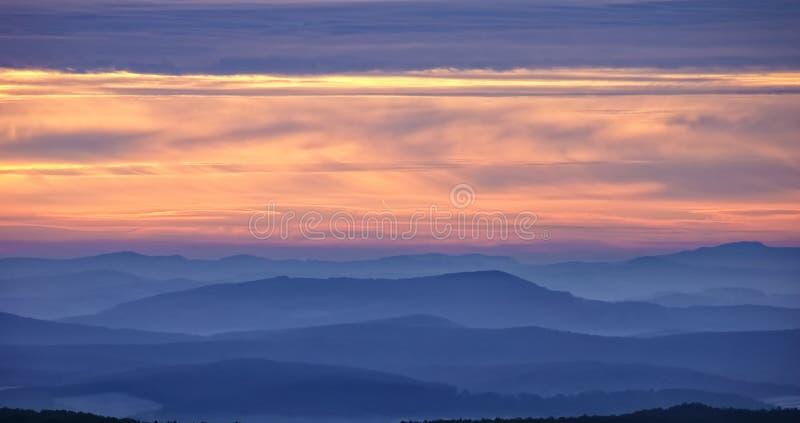 Wschód słońca na zimnym zima dniu z mgły synkliną góry obraz royalty free