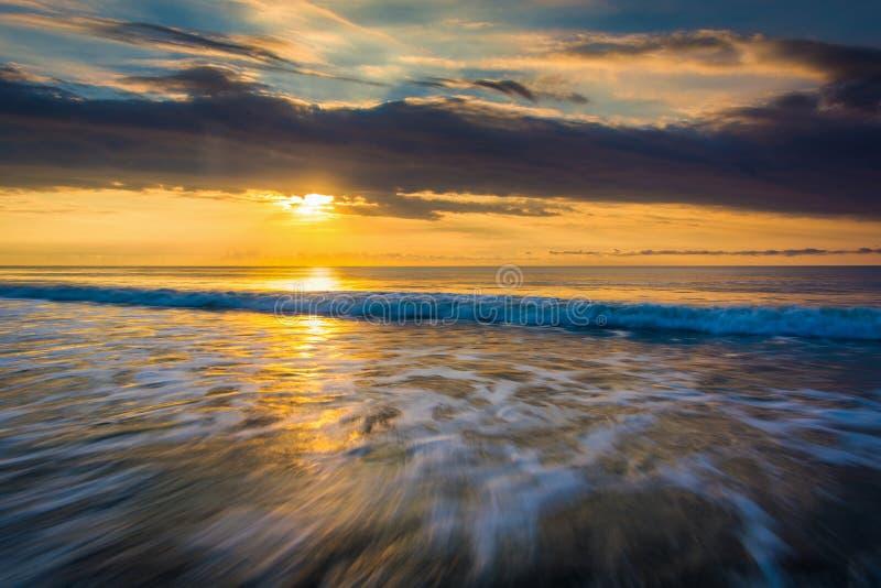 Wschód słońca nad Atlantyckim oceanem w głupoty plaży, Południowa Karolina zdjęcia stock