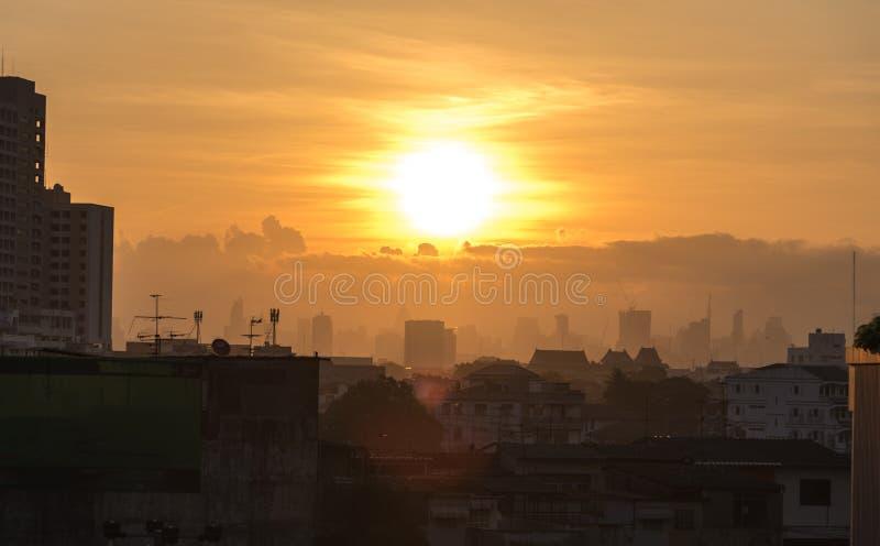Wschód słońca nad Bangkok budynkami biurowymi w biznesowych distr i miastem zdjęcia royalty free