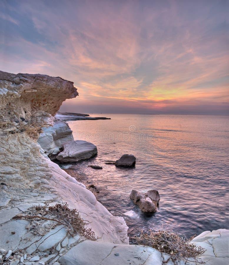 Wschód słońca nad białymi skałami przy governon plażowym pobliskim limasol, cyp fotografia royalty free