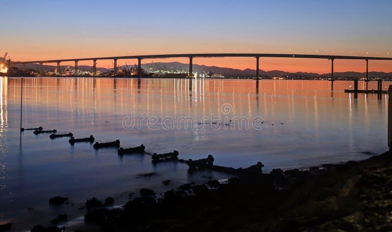 Wschód słońca nad Coronado mostem w San Diego, Kalifornia zdjęcia stock