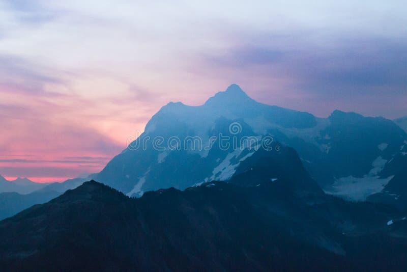 Wschód słońca nad górą Shukson obrazy stock