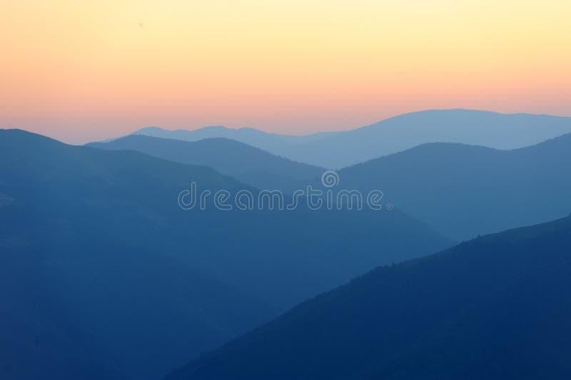 Wschód słońca nad gór sylwetkami zdjęcia royalty free