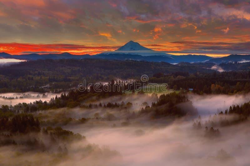 Wschód słońca nad góra kapiszonem i Sandy rzeki doliną fotografia stock