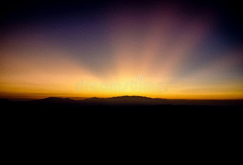 Wschód słońca nad górami jeziorny Toba, Sumatra, Indonezja zdjęcie stock