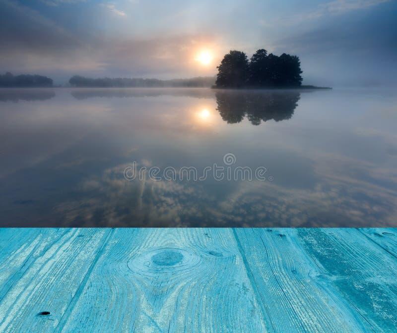 Wschód słońca nad jeziorem krajobraz z drewnianymi deskami podłogowymi fotografia royalty free