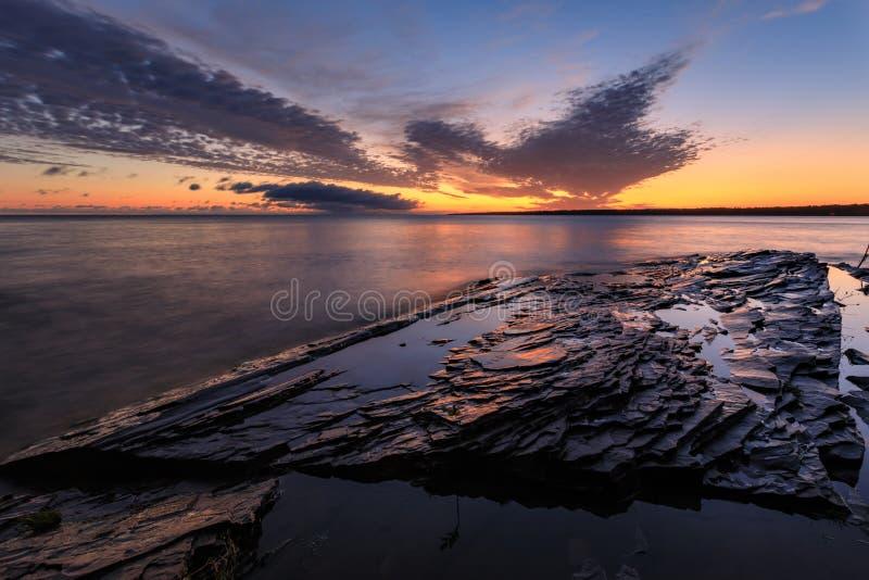 Wschód słońca Nad Jeziornym przełożonym przy jeżatek górami obrazy royalty free