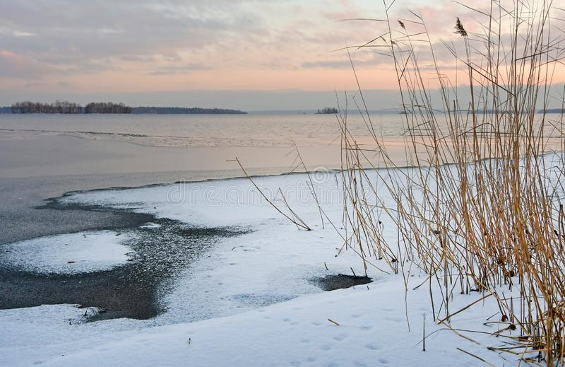 Wschód słońca nad jeziornym Uvildy w opóźnionej jesieni Południowy Ural, Chelyabinsk region, Rosja fotografia royalty free