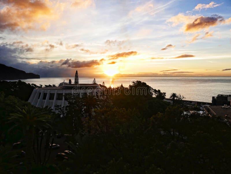 Wschód słońca nad Kasynowym dachem w Funchal na wyspie madera w Atlantyckim oceanie obraz stock