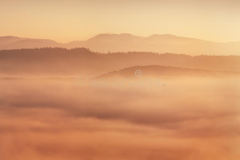 Wschód słońca Nad Mglistym krajobrazem Sceniczny widok Mgłowy ranku niebo Z Powstającym słońcem Nad Mglista Lasowa Środkowa lato  obrazy royalty free