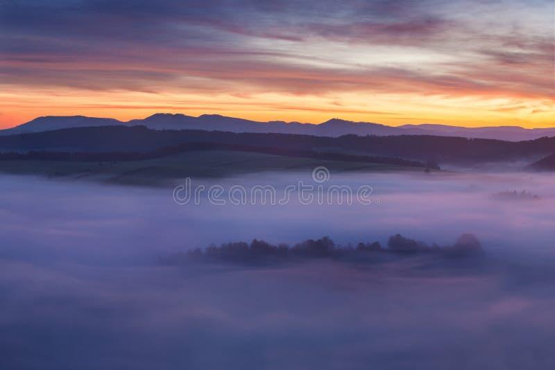 Wschód słońca Nad Mglistym krajobrazem Sceniczny widok Mgłowy ranku niebo Z Powstającym słońcem Nad Mglista Lasowa Środkowa lato  obrazy stock