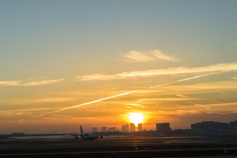 Wschód słońca nad miastem Tampa z Lotniskowym przedpolem zdjęcie royalty free