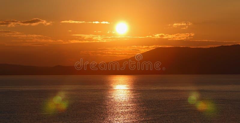 Wschód słońca nad morzem. (panorama) fotografia stock