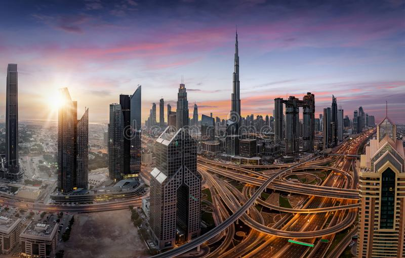Wschód słońca nad nowożytną linią horyzontu Dubaj, UAE