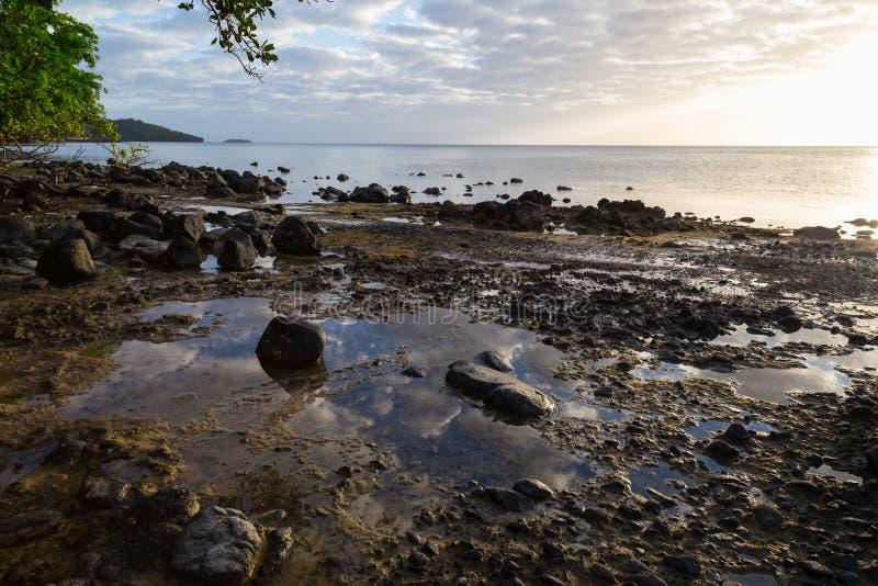 Wschód słońca nad ocean tropikalną wyspą fotografia royalty free