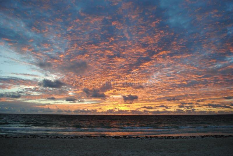 Wschód słońca nad oceanem w Tulum, Meksyk obraz stock