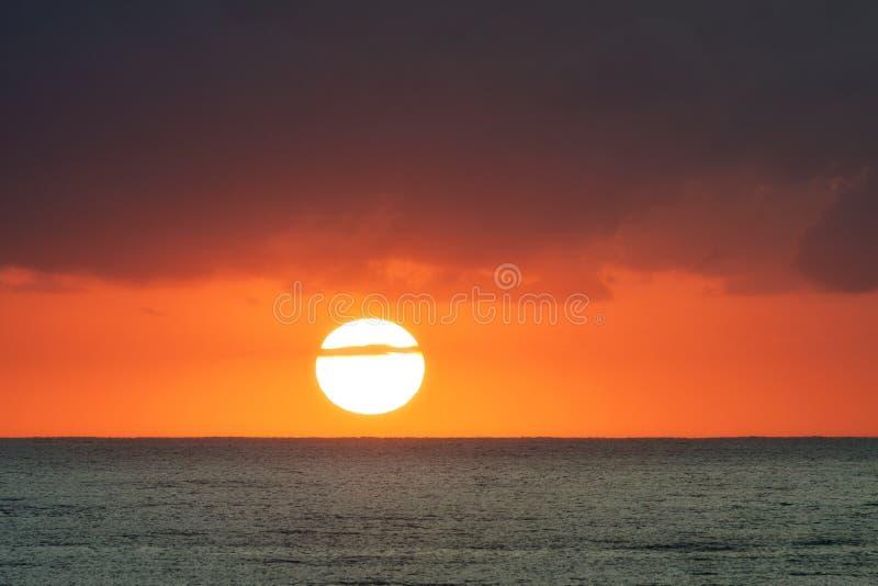 Wschód słońca nad oceanem z pomarańczowym niebem i chmurami, złoto Brzegowy Australia zdjęcia stock