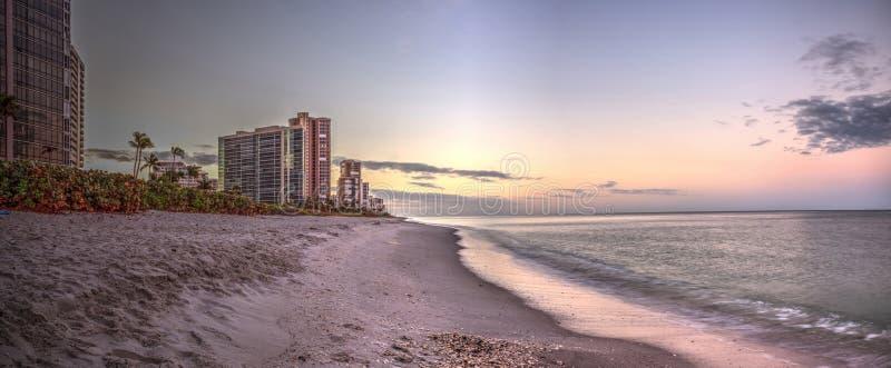 Wschód słońca nad Północną zatoka brzeg plażą wzdłuż linii brzegowej zdjęcia stock