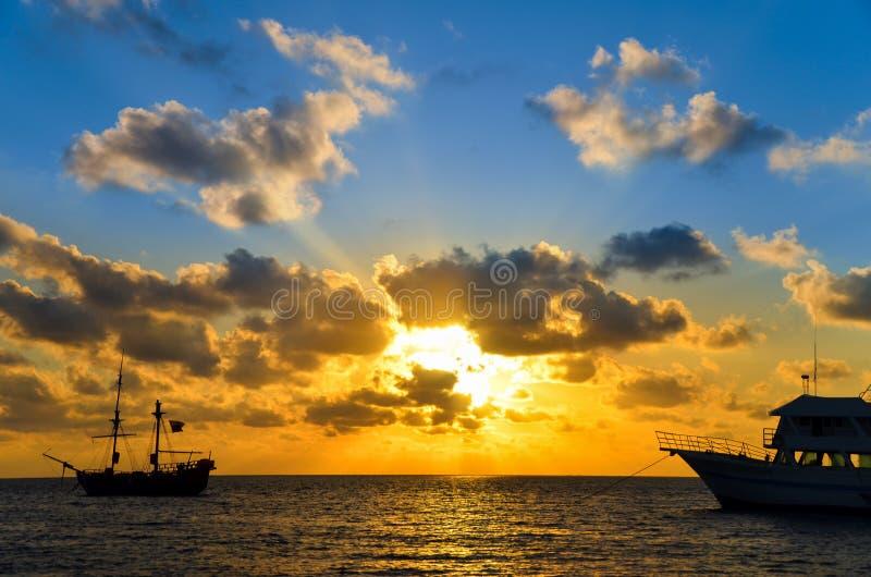 Wschód słońca nad pirata statkiem obraz stock