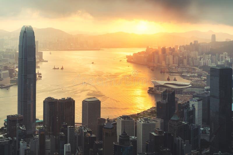 Wschód słońca nad portem Victoria w Hongkongu z Victoria Peak z Hongkongiem i Kowloon poniżej turystyki azjatyckiej, współczesneg zdjęcia stock