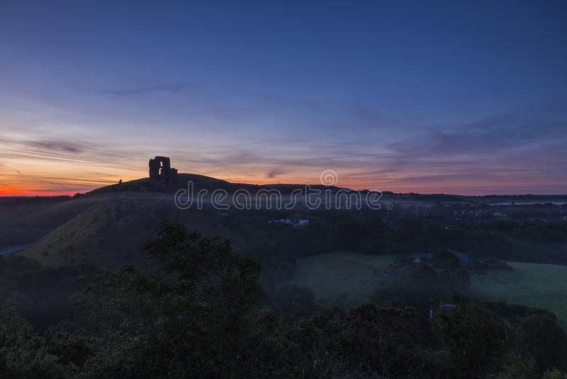 Wschód słońca nad ruinami Corfe kasztel obraz stock