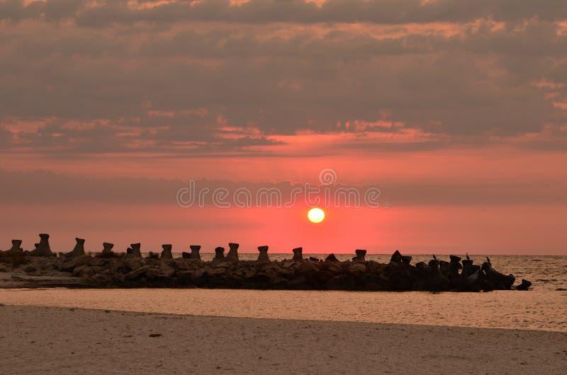 Wschód słońca nad seashore, pachwina, chmurnieje fotografia royalty free