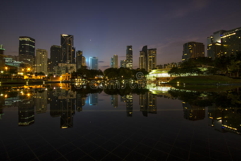 Wschód słońca nad Symfonia jeziorem przed Kuala Lumpur centrum miasta obrazy royalty free