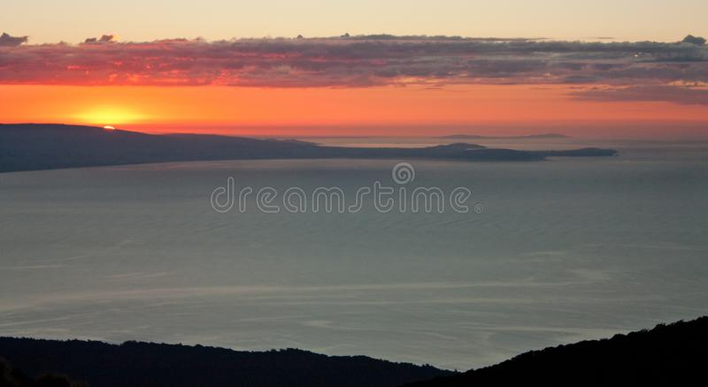 Wschód słońca nad Te Waewae zatoką na Humpridge śladzie w Fiordland, Southland w Południowej wyspie w Nowa Zelandia/ obraz stock