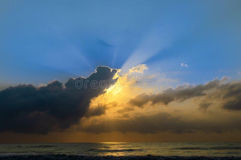 Wschód słońca nad tropikalną morze plażą obraz royalty free