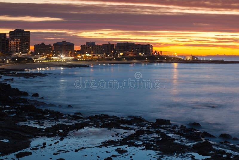 Wschód słońca Newcastle plaża - Newcastle Australia zdjęcia stock