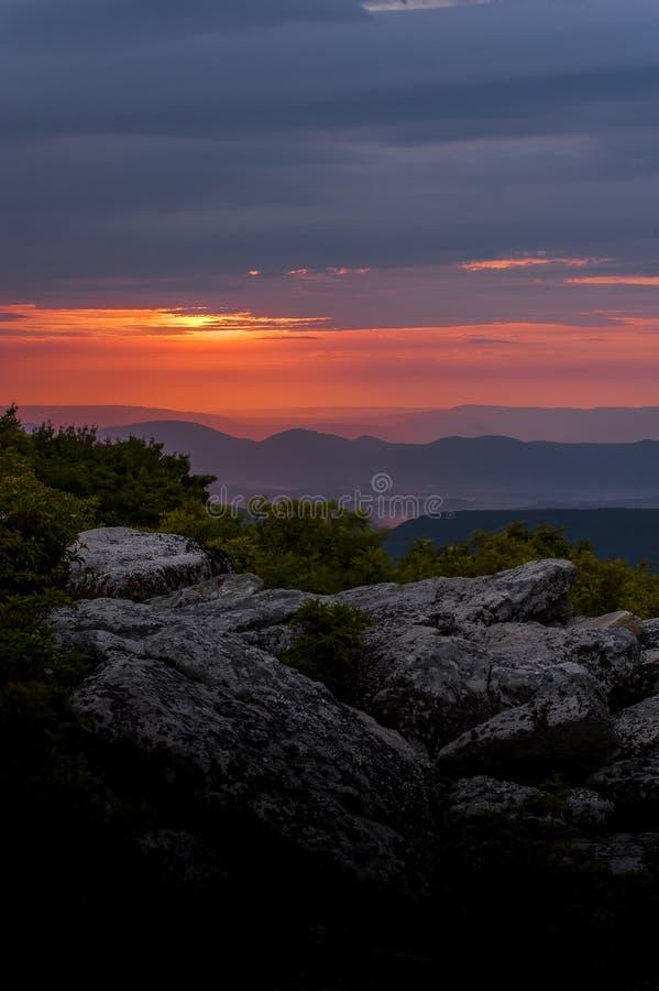 Wschód słońca od Niedźwiadkowych skał - Dolly Darniuje, Zachodnia Virginia obrazy stock