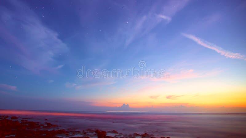 Wschód słońca od oceanu ziemia zdjęcia stock