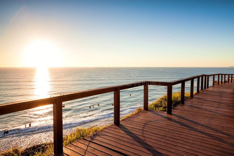 Wschód słońca od Północnego Burleigh punktu obserwacyjnego, złoto Brzegowy Australia zdjęcie stock