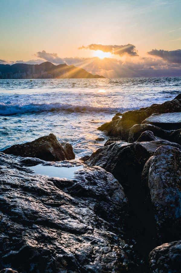 Wschód słońca od Poniente plaży, Benidorm, Hiszpania zdjęcia royalty free