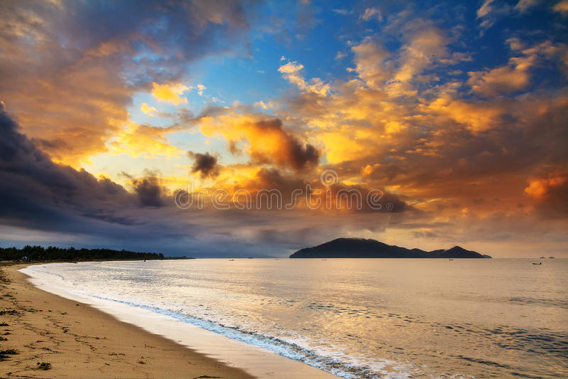 Wschód słońca plażowy Nosaty Mangabe obrazy stock