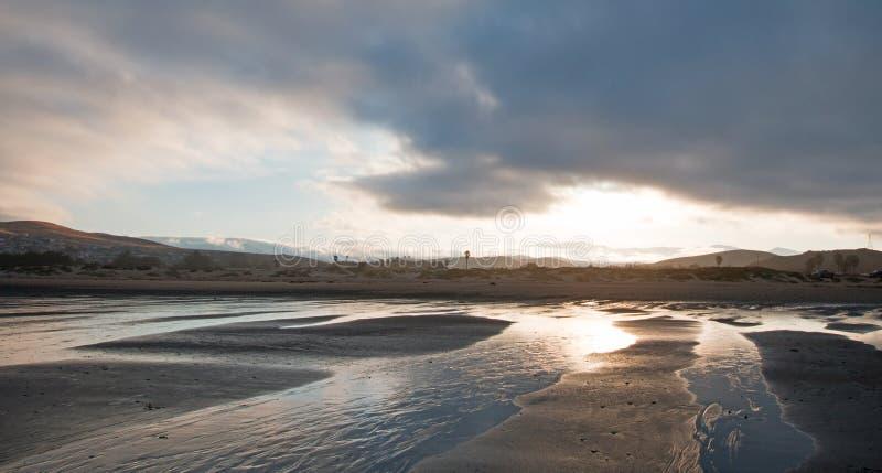 Wschód słońca popularny wakacje, obozuje punkt na Środkowym Kalifornia wybrzeża usa przy Morro zatoki plaży stanu parkiem -/ obraz stock