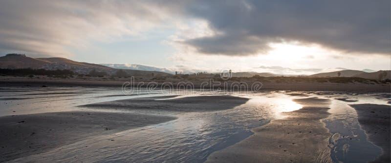 Wschód słońca popularny wakacje, obozuje punkt na Środkowym Kalifornia wybrzeża usa przy Morro zatoki plaży stanu parkiem -/ obraz royalty free