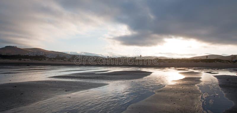 Wschód słońca popularny wakacje, obozuje punkt na Środkowym Kalifornia wybrzeża usa przy Morro zatoki plaży stanu parkiem -/ fotografia royalty free
