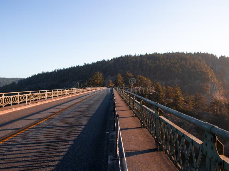 Wschód słońca przy łudzenie przepustki mostem obrazy royalty free