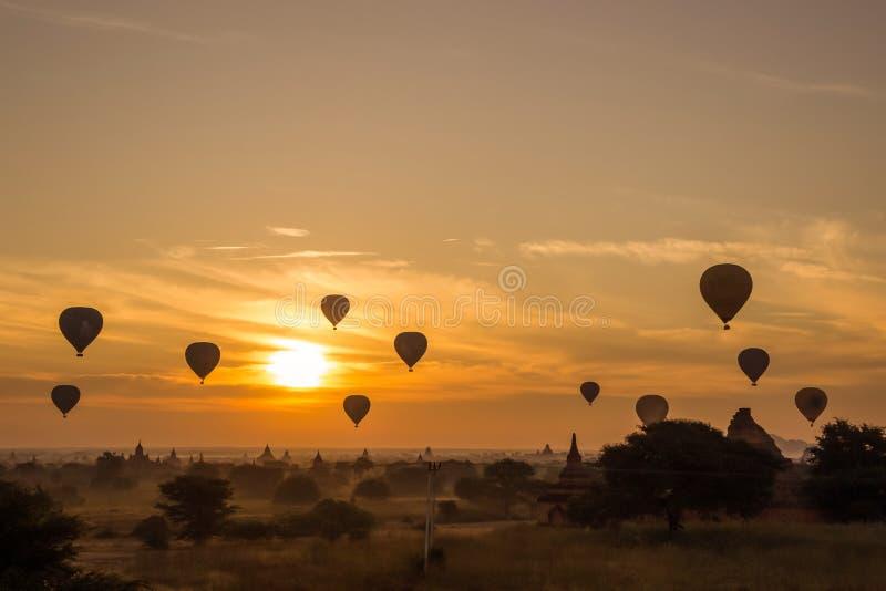 Wschód słońca przy Bagan Myanmar, sylwetek pagodami i balonem, fotografia stock